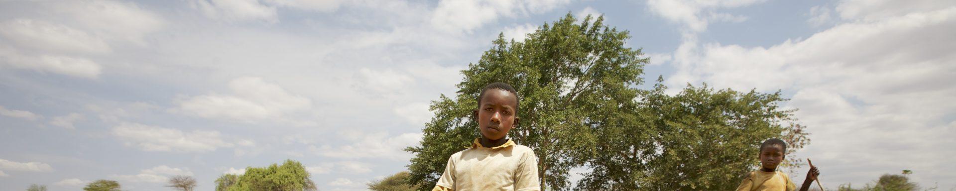 Jongens bij waterplaats in Kenia