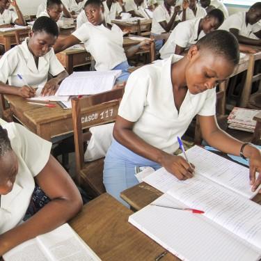 Vrouwelijke scholieren in de klas in Kenia