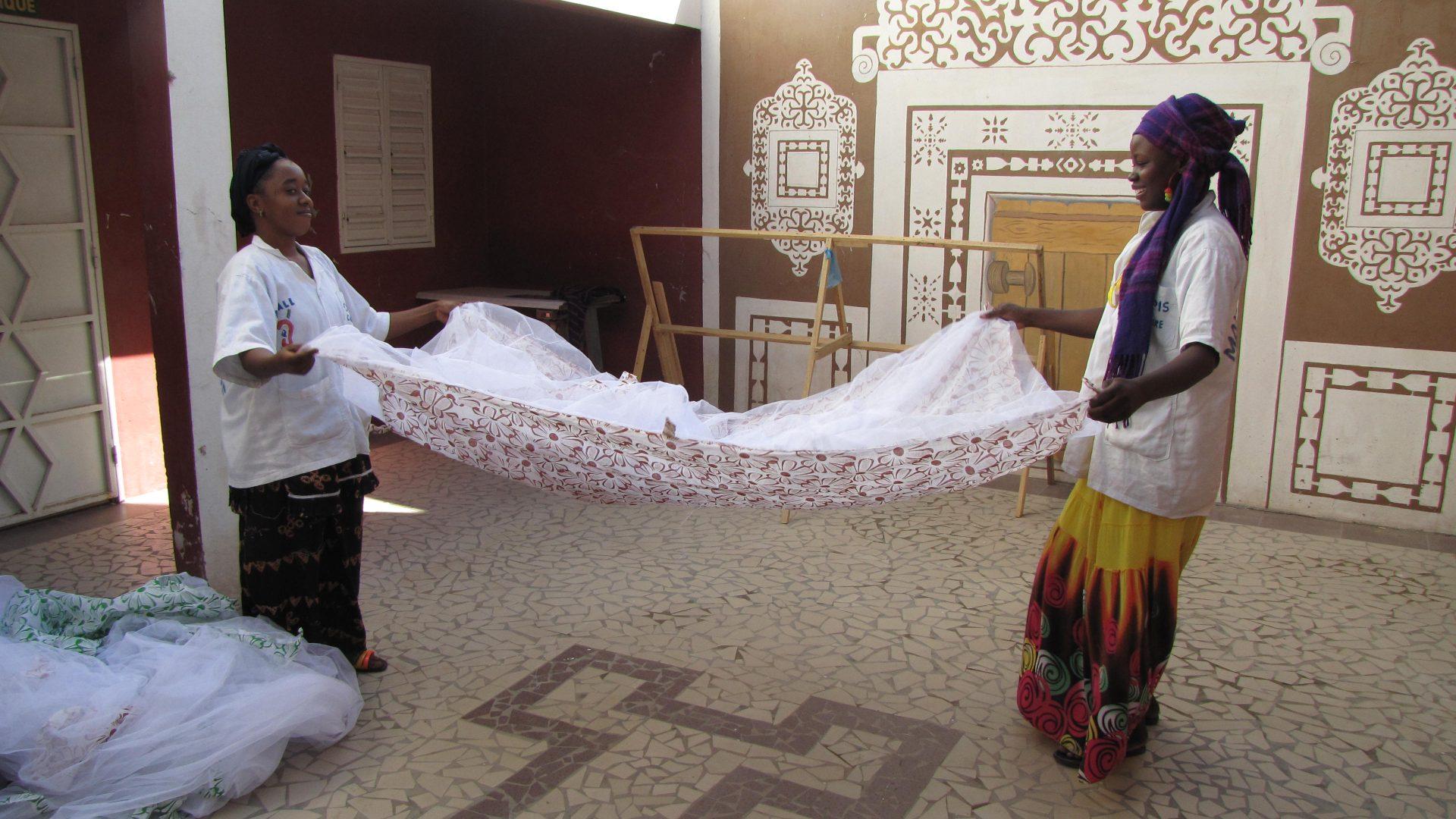Vrouwen met klamboe in Mauritanie
