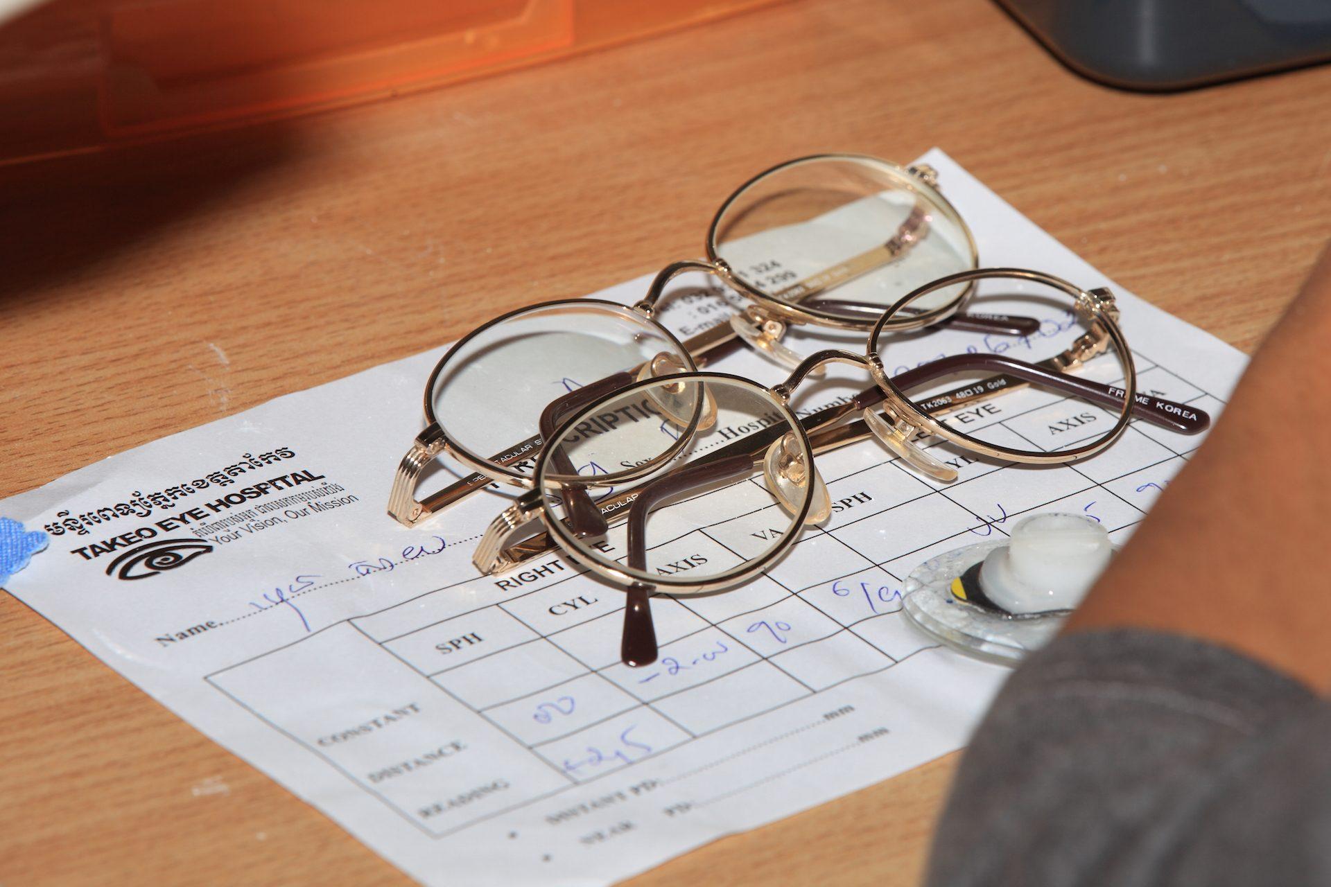 Oogrecept in Cambodja met brillen