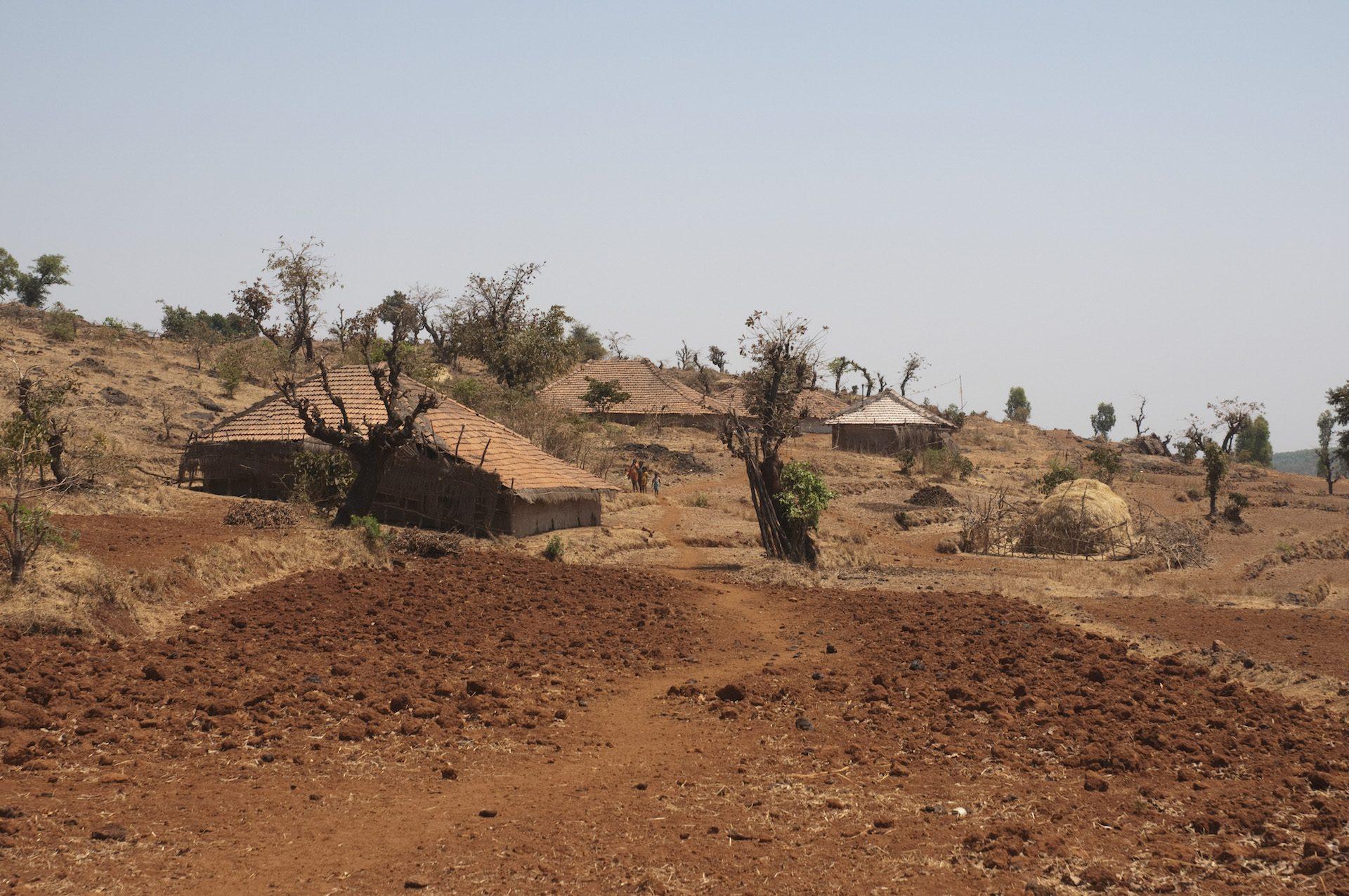 Huizen in dorre omgeving in India