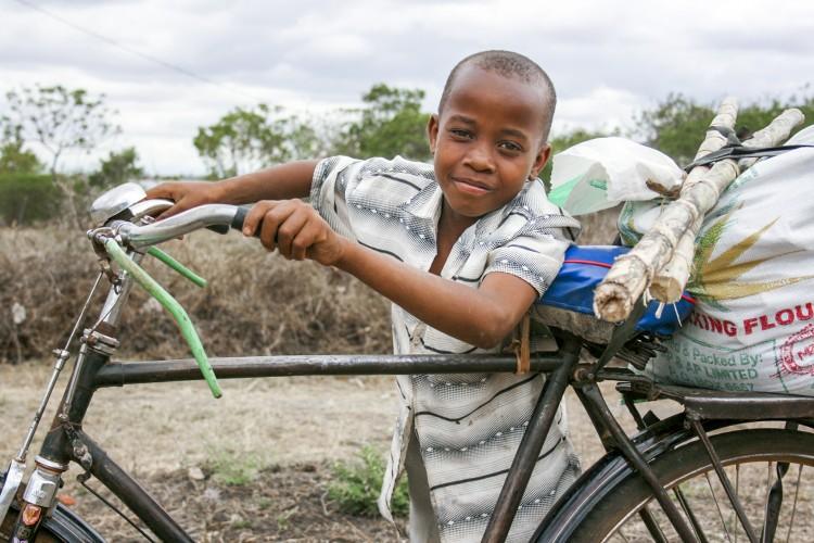 Jongetje met fiets uit Afrika