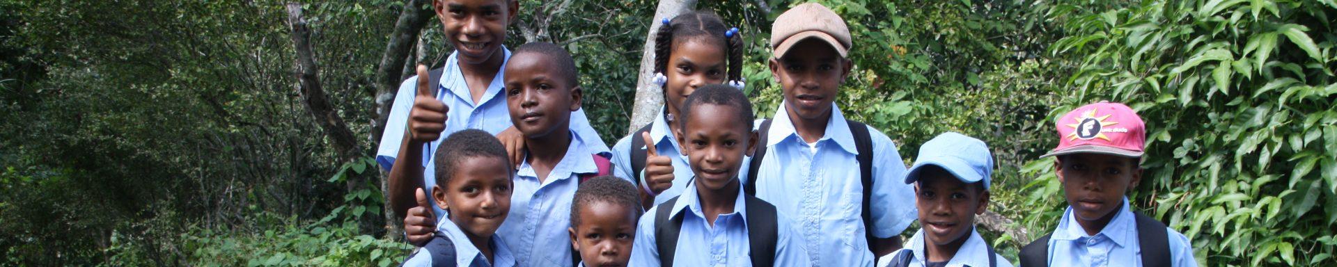 Kinderen op weg naar school in Tanzania