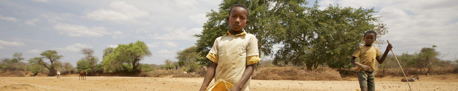Kinderen verzamelen water in Kenia