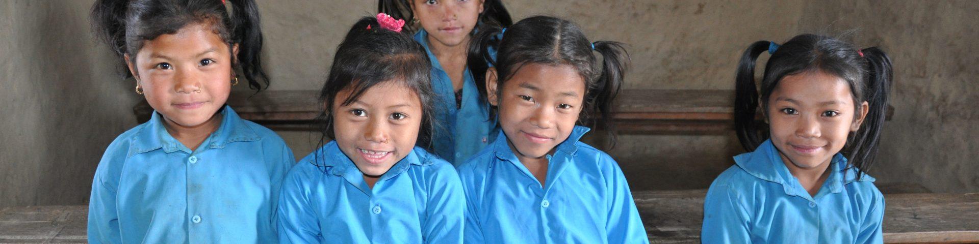 Lachende meisjes uit Azie in blauwe shirts