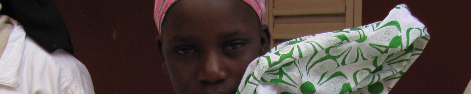 Vrouw met klamboe in Mauritanië
