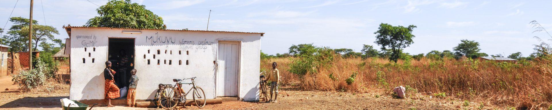 Schuur van een maismolen in Tanzania met kinderen