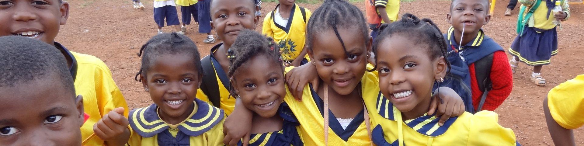 Lachende kinderen uit Tanzania in gele kleding