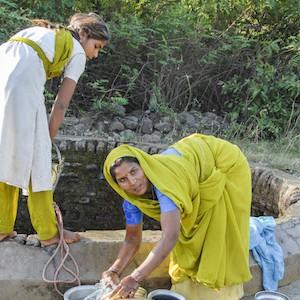 Indiase vrouw haalt water bij put