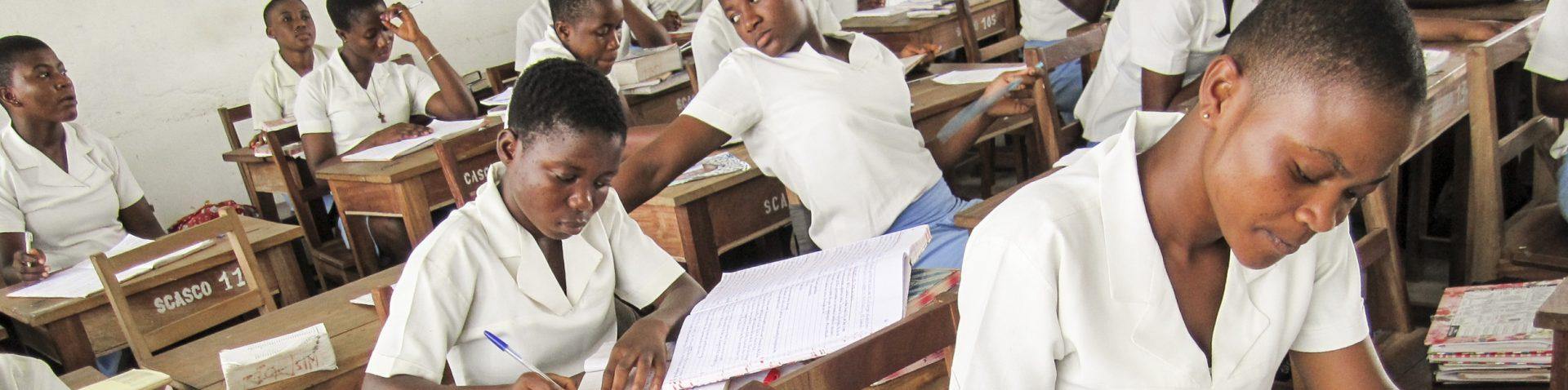 Afrikaanse studenten in de klas maken huiswerk