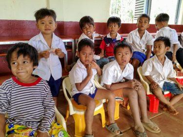 Een groepje kinderen in de klas in Cambodja