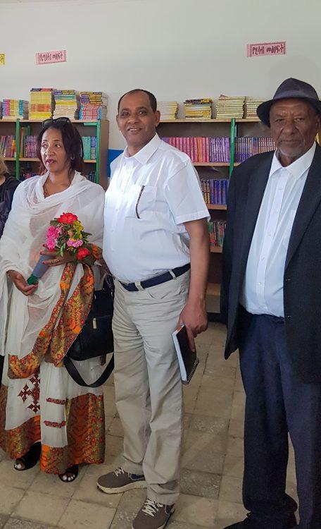 Lokale donateurs bewonderen een bibliotheek in Ethiopië.