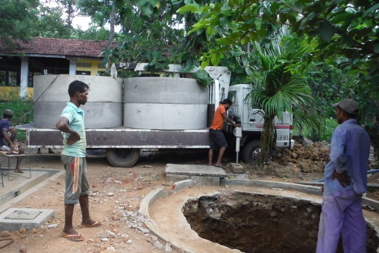 Een betonnen waterpunt in aanbouw in Sri Lanka.