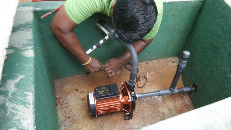 De motor van een betonnen waterpunt in aanbouw in Sri Lanka.