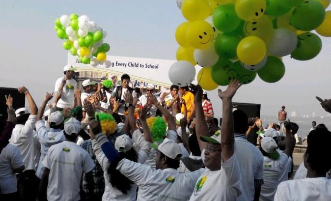 Renners maken zich klaar en worden opgepept voor de Mumbai Marathon, India