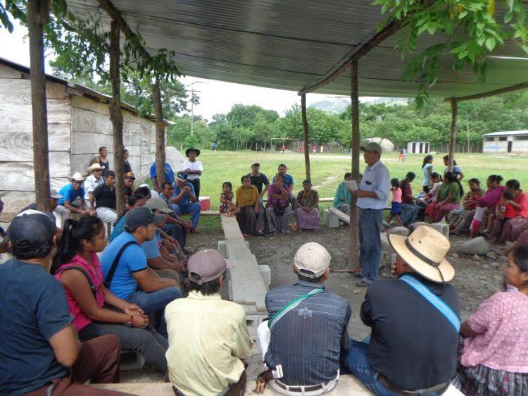 Mensen krijgen training in een open ruimte in Guatemala.