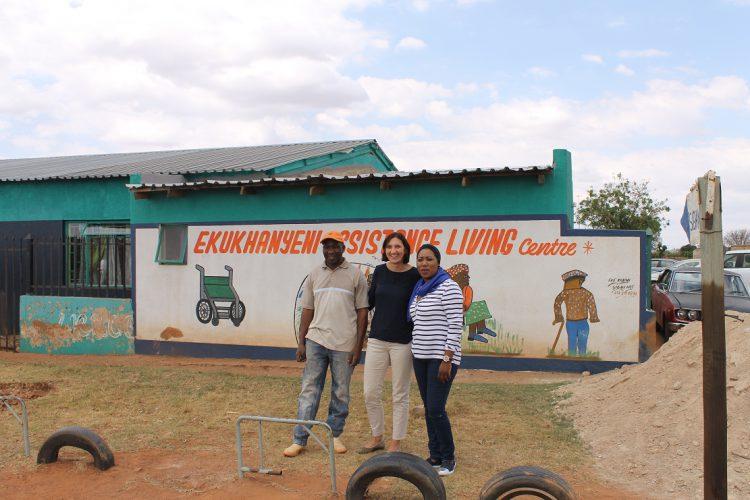 Medewerker Projecten Anke Makaske bezoekt Ekukhanyeni met rechts naast haar Nomsa Ntuli.