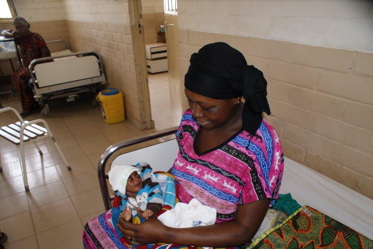 Een vrouw met een pasgeboren baby in Gambia