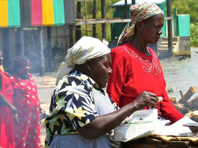 Twee vrouwen werken op een markt in Kenia.