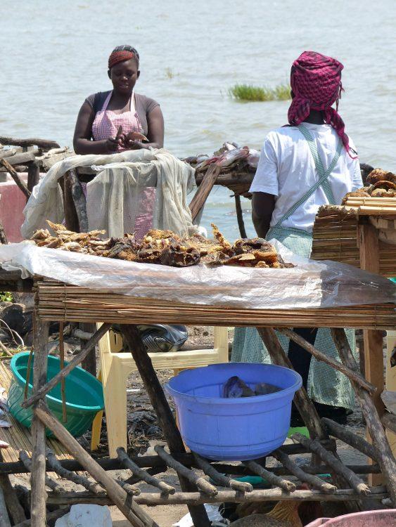 Twee vrouwen zijn aan het werk op een vismarkt in Kenia.