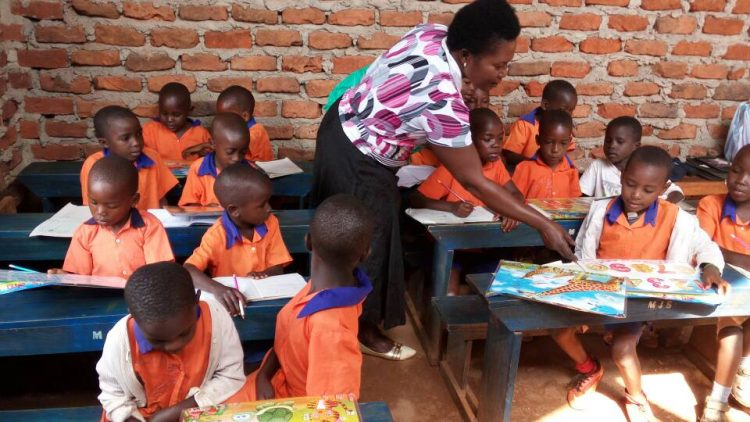 Kinderen krijgen les in Oeganda