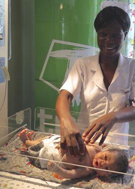 Een arts in Malawi checkt de hartslag van een pasgeboren baby.