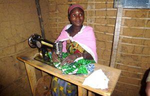 Jonge tienermoeders maken kleding in Congo