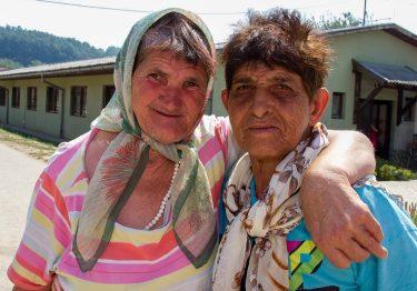Twee oudere vriendinnen poseren voor een foto in Bosnië