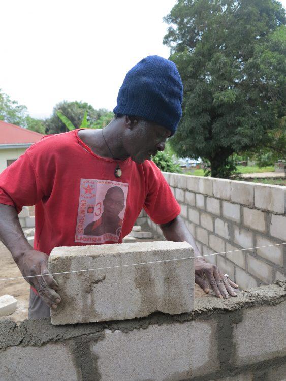 Bouw werkplaats voor vrouwen in Pikin Slee Suriname