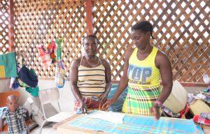Vrouwen op werkplaats in Suriname.