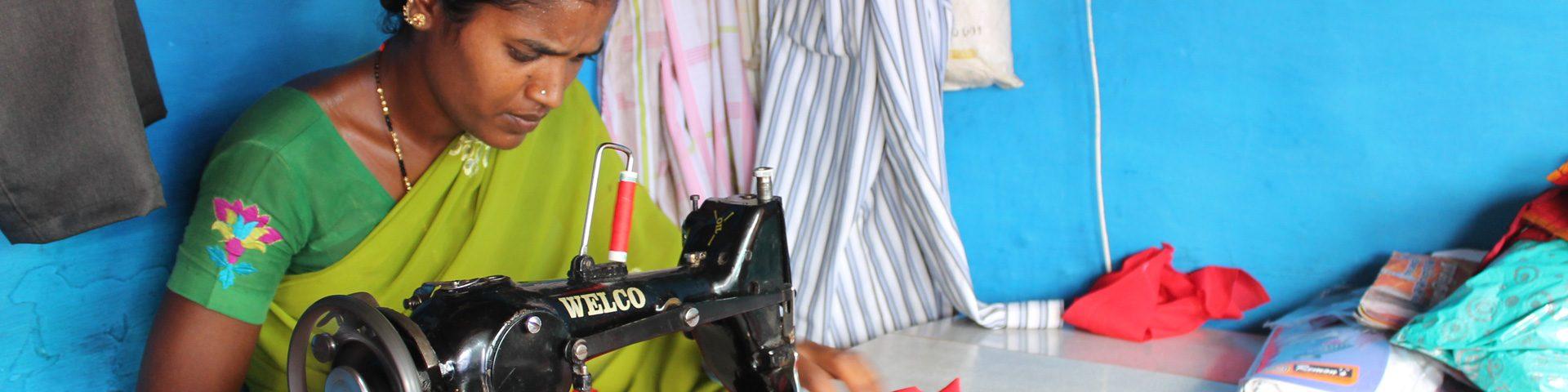 Indiase vrouw achter naaimachine.