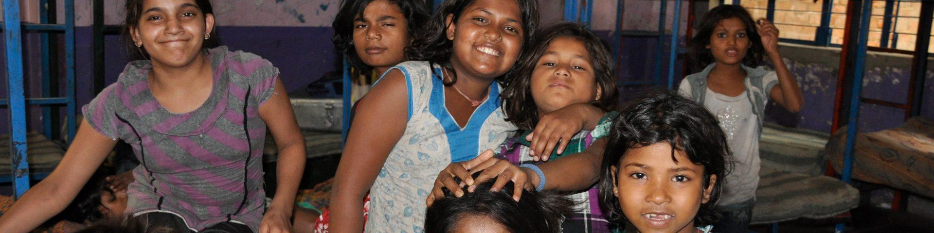 Kinderen kijken in camera .