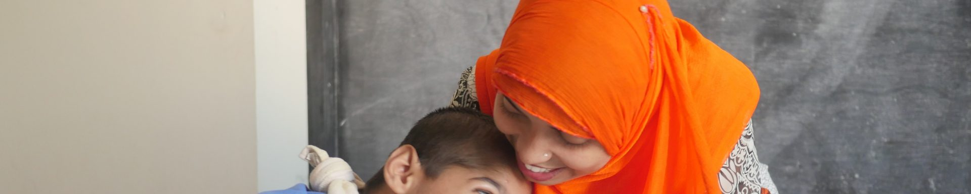 Vrouwen en kind uit Bangladesh lachen samen.