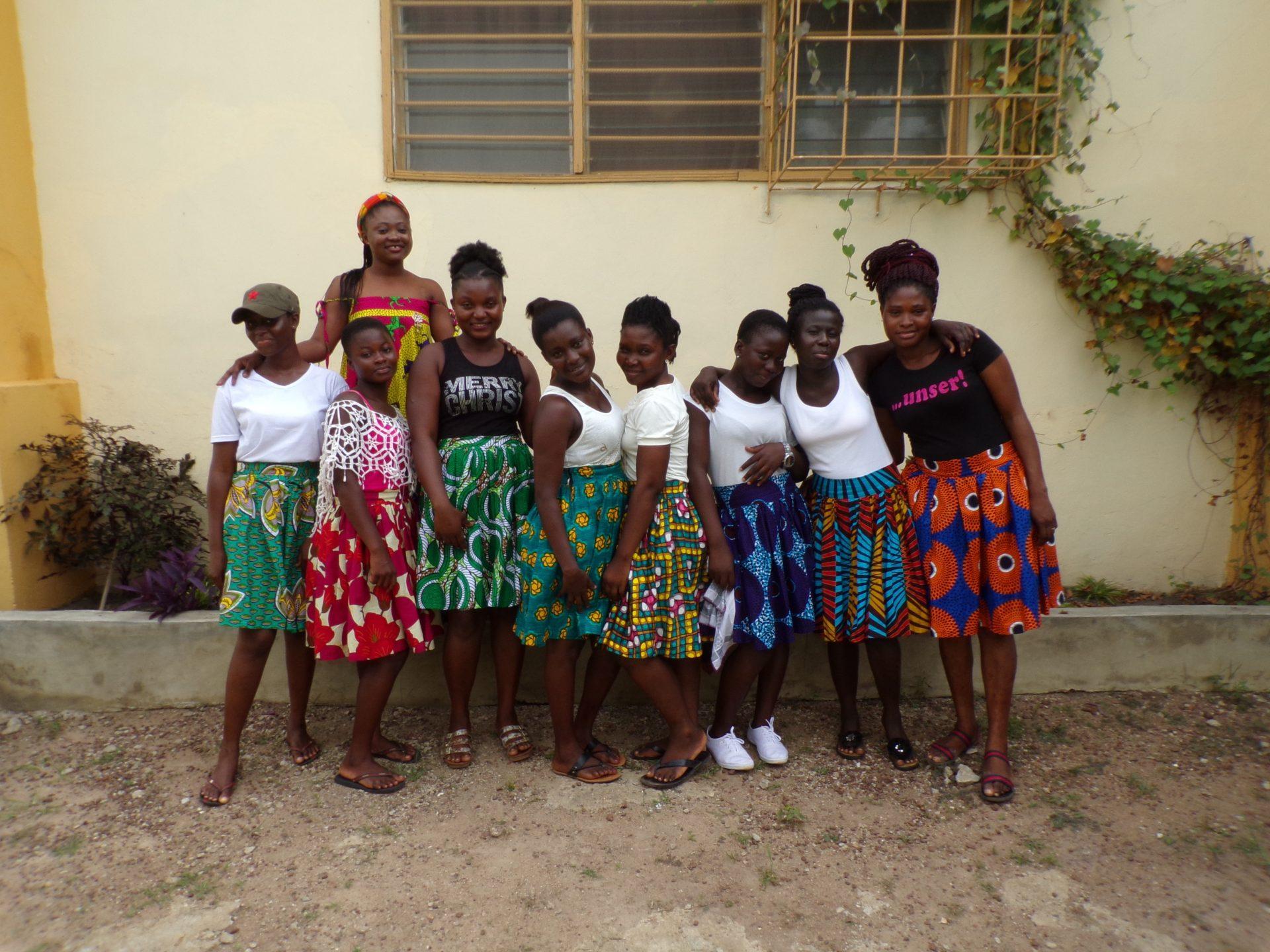 Klassenfoto van meisjes in Oeganda in zelfgemaakt rokjes.
