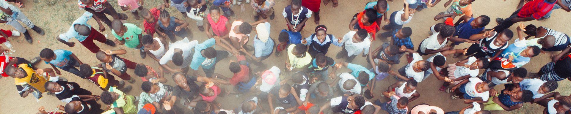 Groep mensen in Afrika die omhoog kijken.