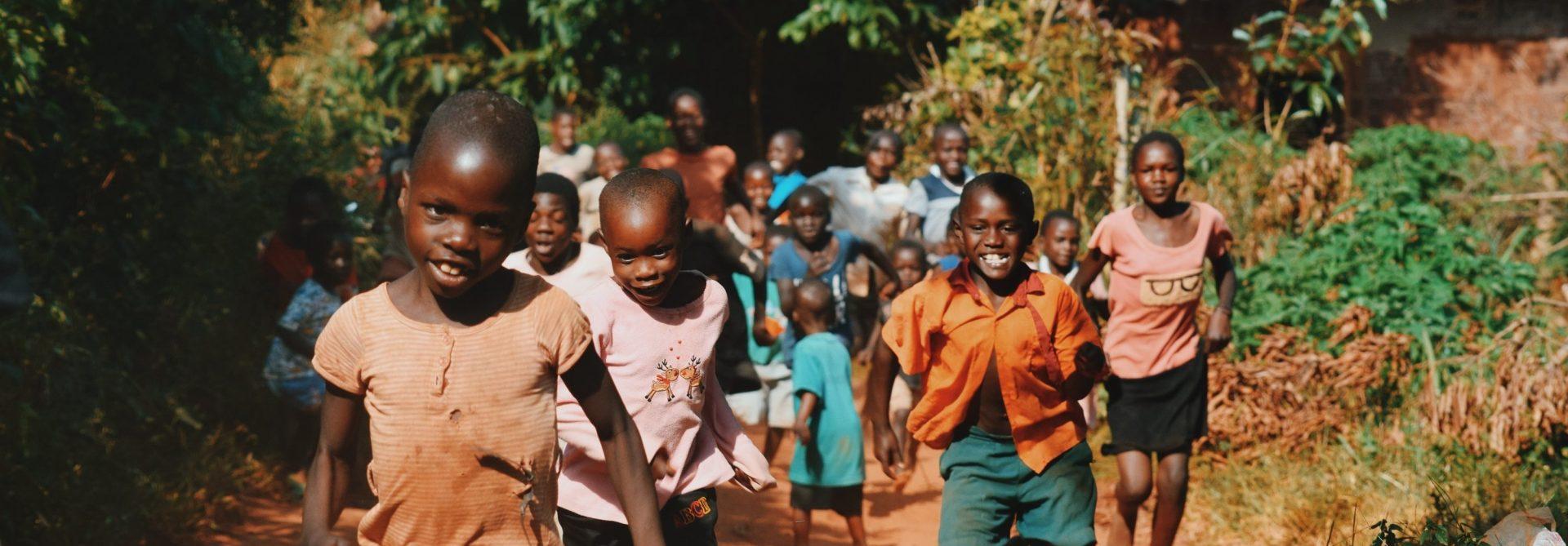 Rennende kinderen in Afrika.