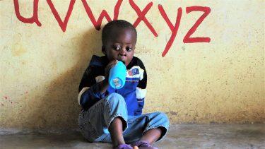 Een klein jongetje op school in Zambia.