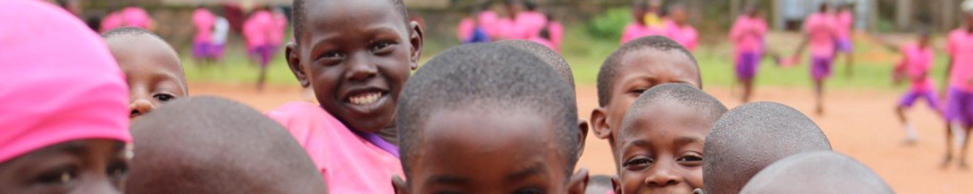 Kinderen op een schoolplein in Nigeria.