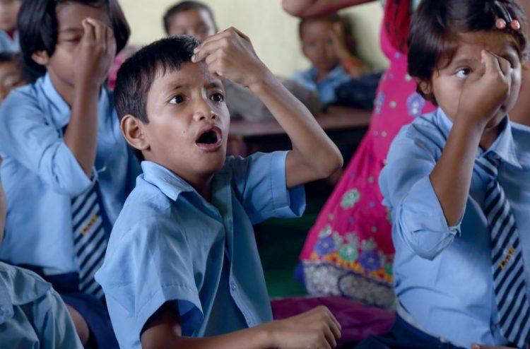 Kinderen krijgen les op een dovenschool in Nepal.