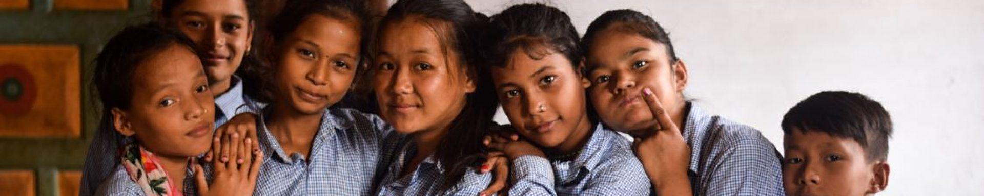 Leerlingen van het de Maya Universe Academy in Tanahun, Nepal poseren.