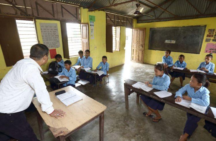 Een kleine klas met kinderen op een dovenschool in Nepal.