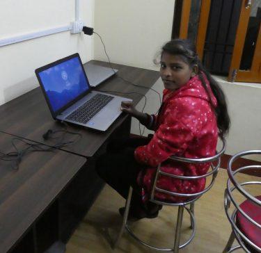De 15-jarige Shashi achter haar laptop in India.