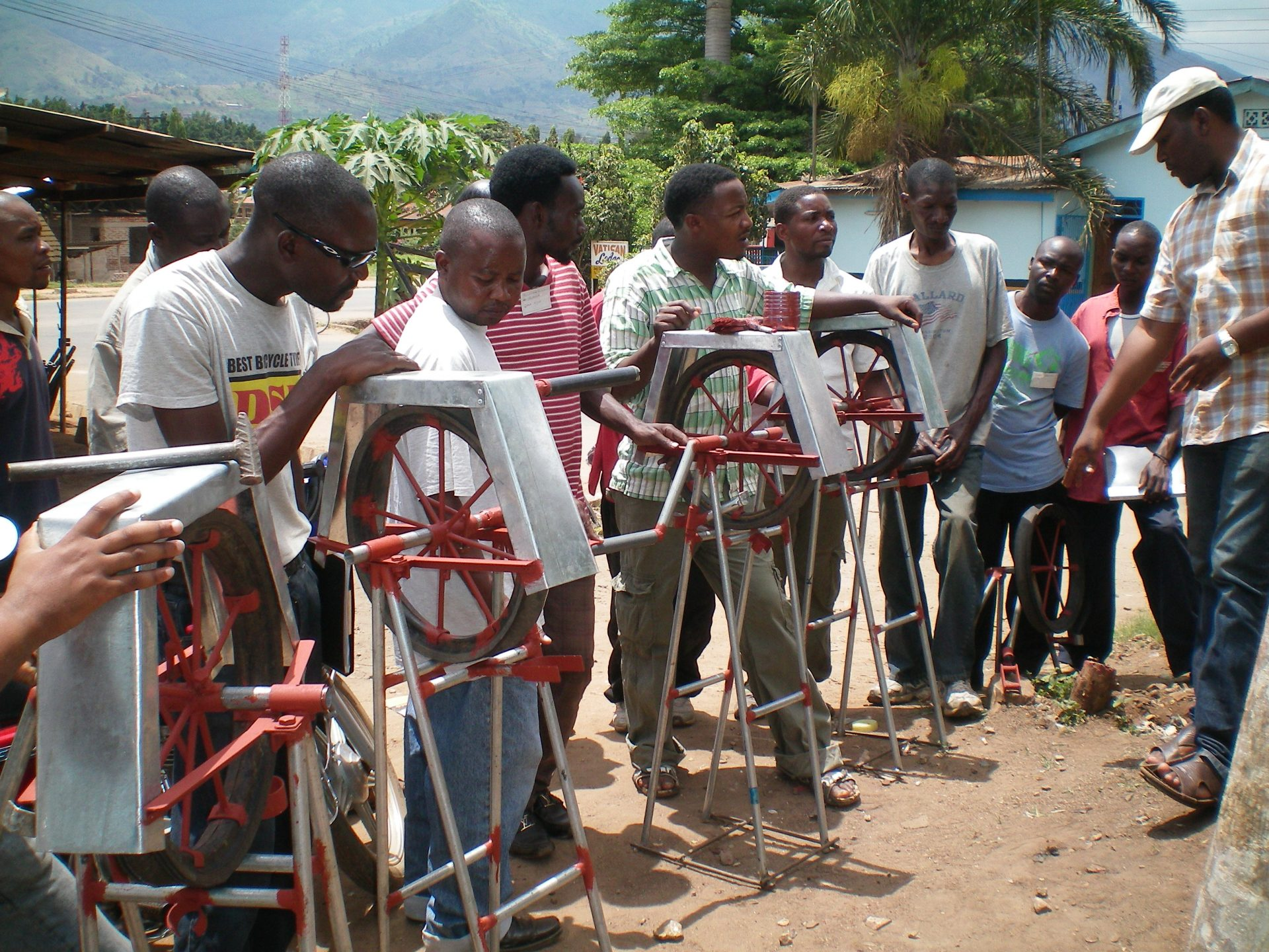 Inwoners in Malawi krijgen training over touwpompen.