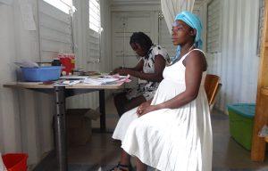 Zwangere vrouw bij de verloskundige in een ziekenhuis in Haïti.
