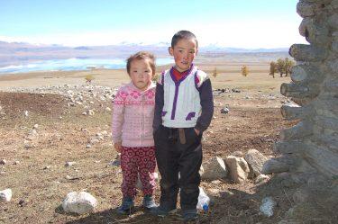 Kleine kinderen in het dorpje Dayan, Mongolië.