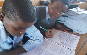 Twee kinderen krijgen rekenles in Zuid-Afrika.