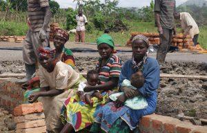 Vier vrouwen met twee baby's in Tanzania.