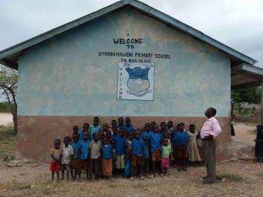 Een schoolklas voor hun schooltje in Kenia.