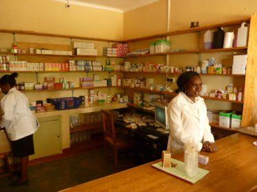 Twee vrouwen in een apotheker in Kenia.