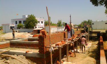 De nieuwe school in Belsar in aanbouw.